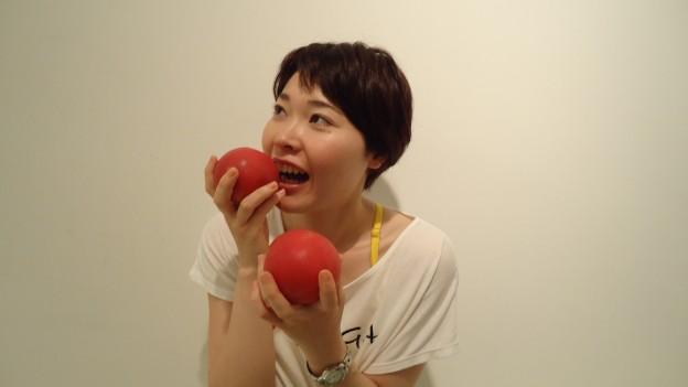 トマトを食べる