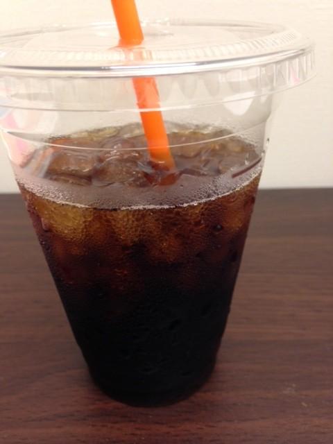 カフェでコーヒーを飲み、ゆっくり過ごすこと。