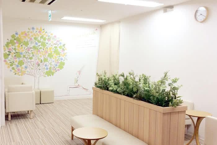 姫路駅前店のフロント待合スペース
