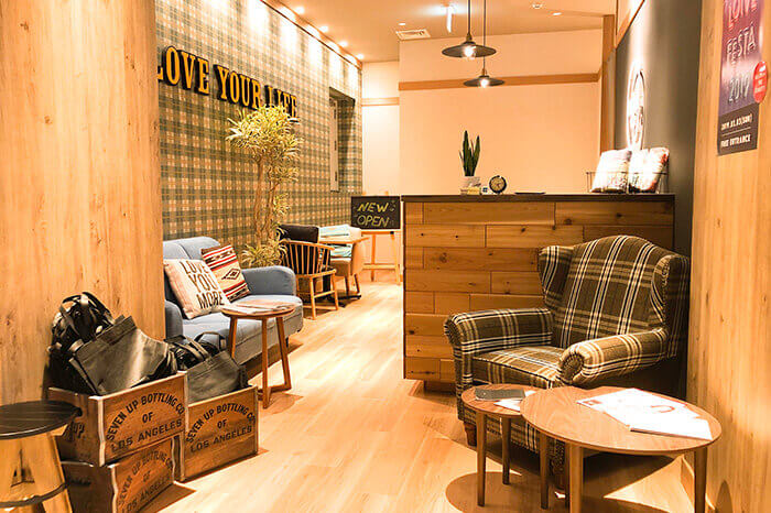 神戸三宮店のフロント待合スペース