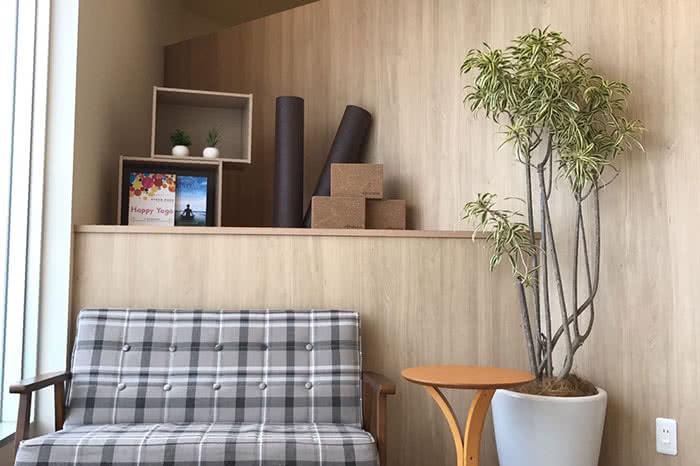 金沢店のフロント待合スペース