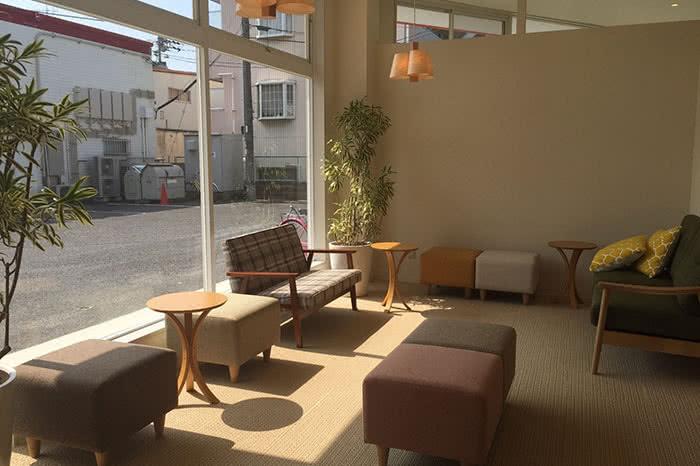 岡山店のフロント待合スペース
