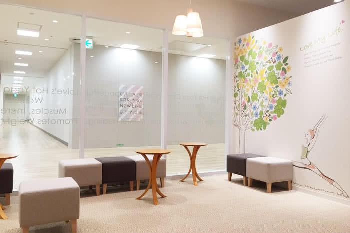 高松店のフロント待合スペース