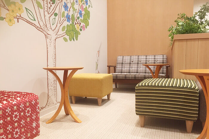 富山店のフロント待合スペース